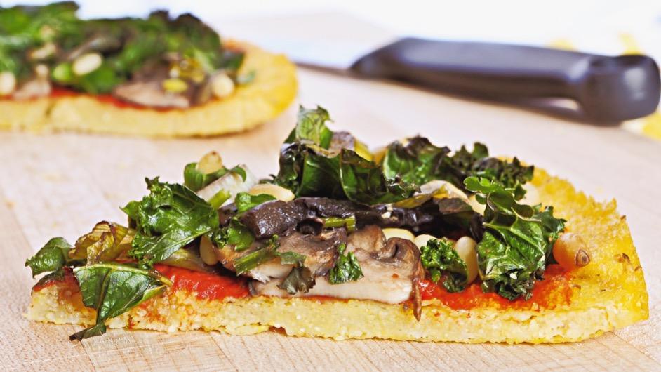 foto by Bean - Polenta a Pizza con salsa di Pomodoro, Funghi, Pinoli e Olio Evo